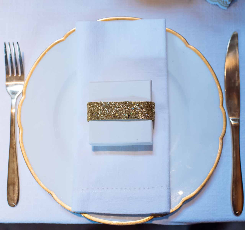 decorate-wedding-favours-with-gold-glitter-ribbon-by-@theweddingomd-metallic-wedding-ideas