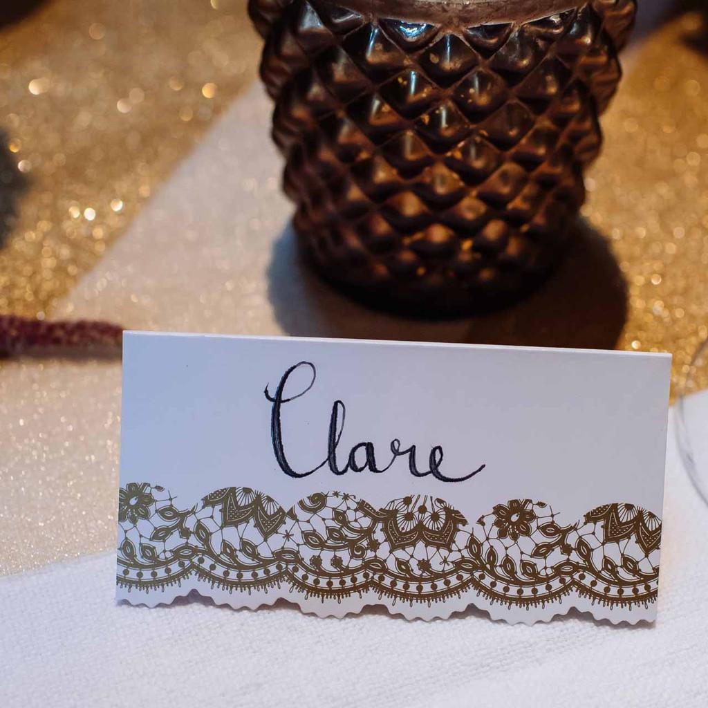 gold-place-cards-for-weddings-by-@theweddingomd-metallic-wedding-ideas