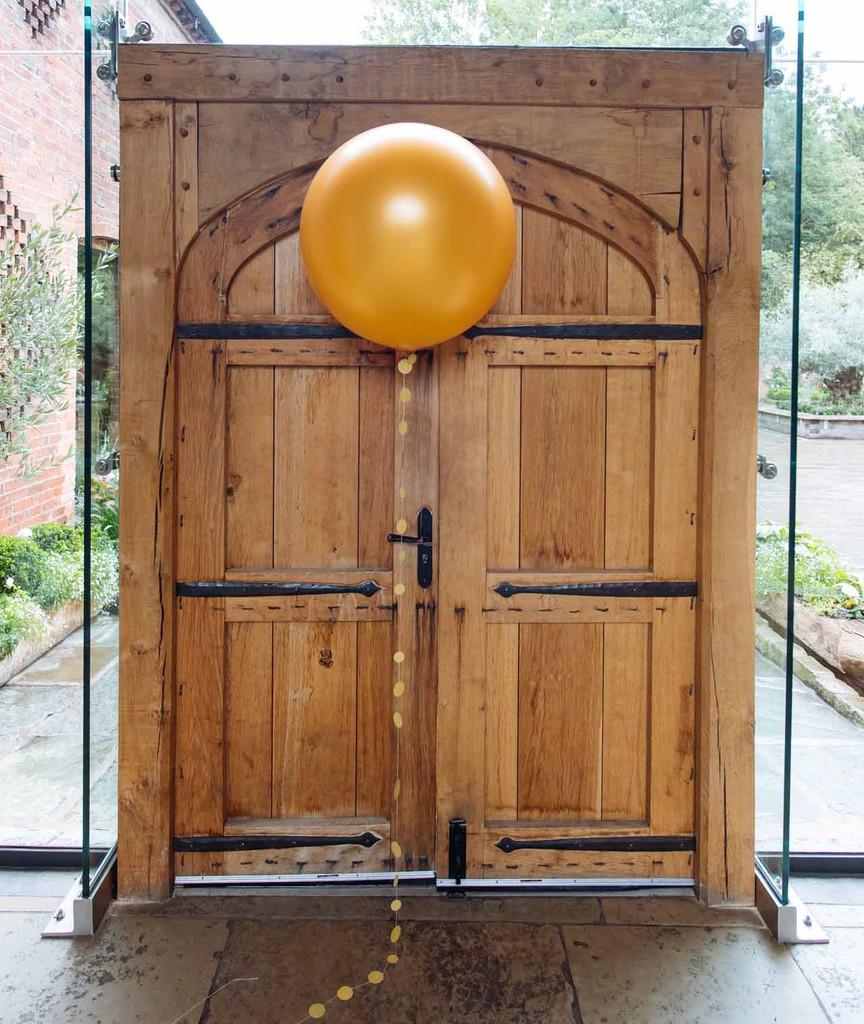 gold-wedding-balloons-by-@theweddingomd-metallic-wedding-ideas