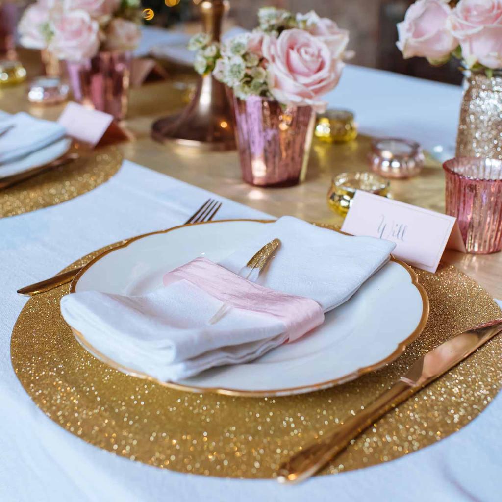 gold -glitter-place-settings-by-@theweddingomd-metallic-wedding-ideas