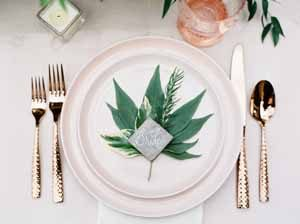 wedding-place-setting-gold-and-green
