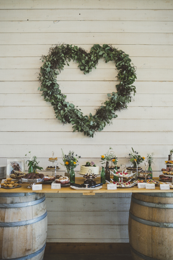 15 Creative Wedding cake table backdrops - Foliage hearts