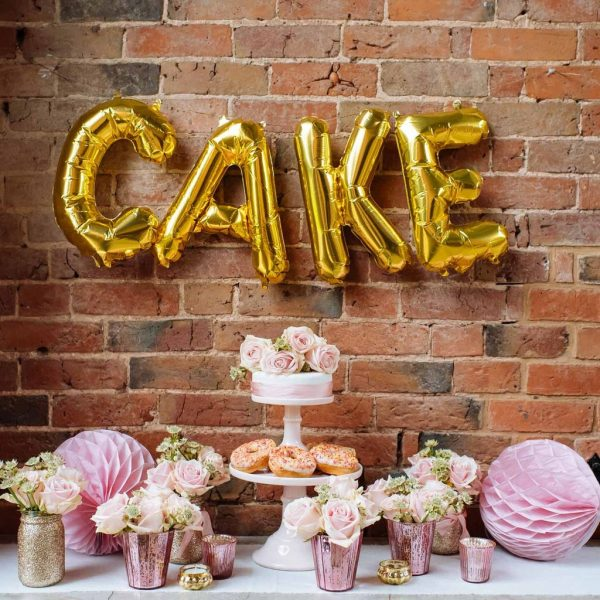 15 Creative Wedding cake table backdrops - Cake balloons