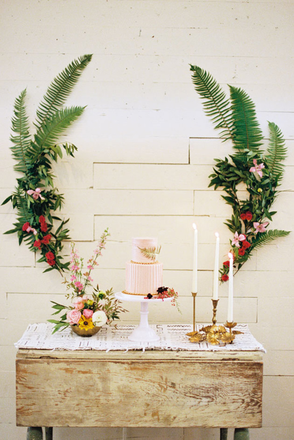 15 Creative Wedding cake table backdrops - Floral / ferns