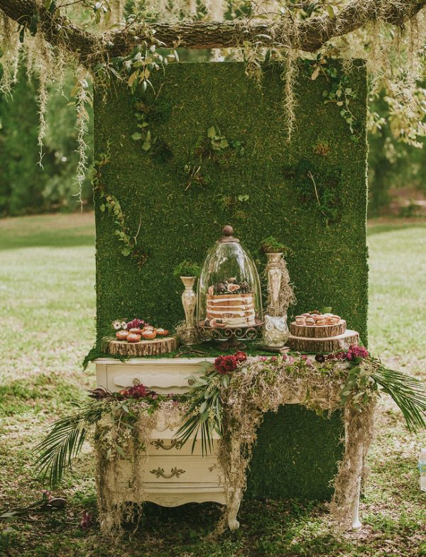 15 Creative Wedding cake table backdrops - Moss wall