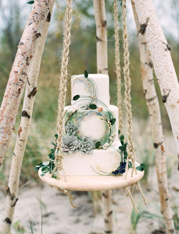 15 Creative Wedding cake table backdrops - Hanging cakes
