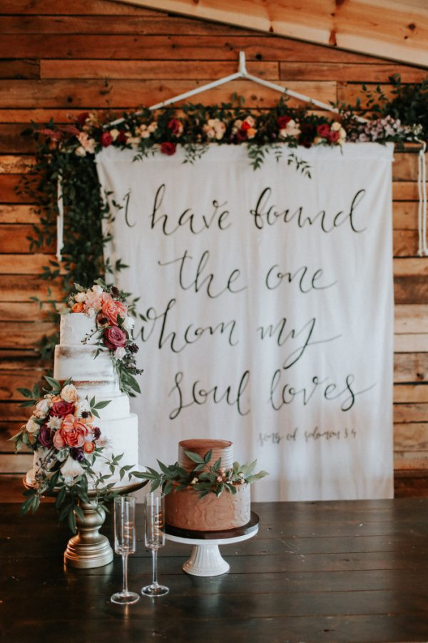 15 Creative Wedding cake table backdrops - calligraphy backdrops