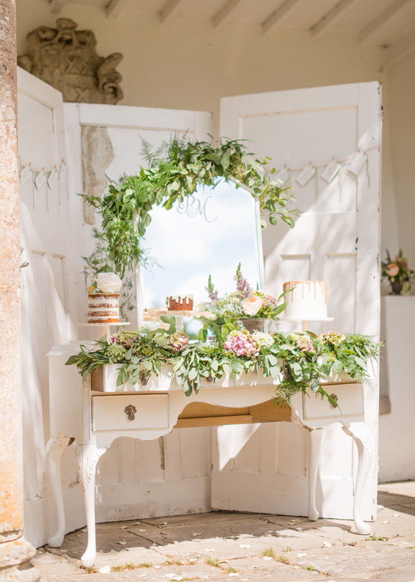 15 Creative Wedding cake table backdrops - Mirror and doors