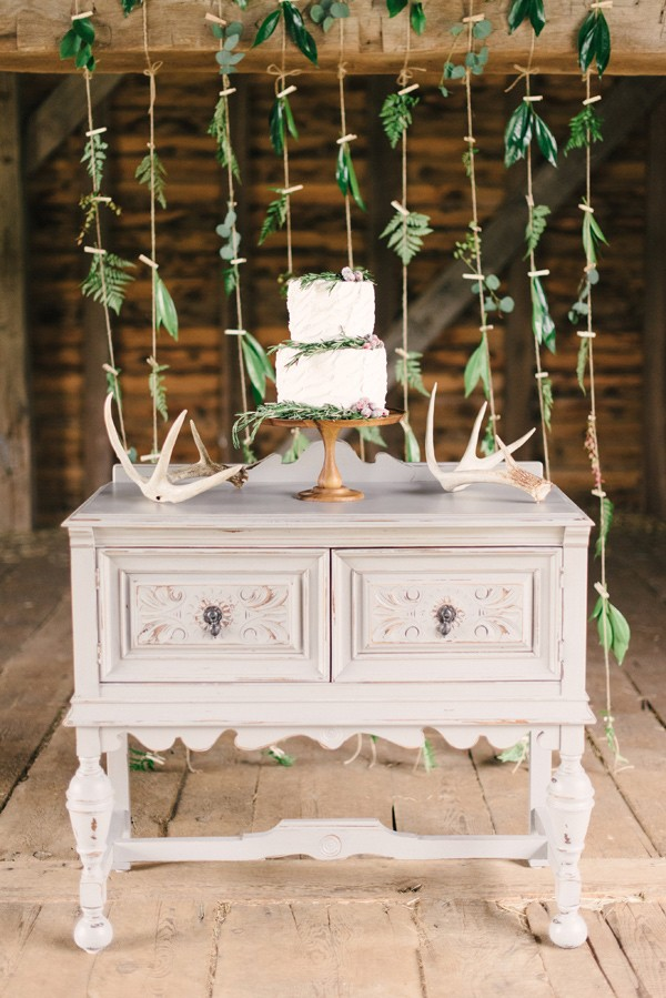 15 Creative Wedding cake table backdrops - Foliage backdrops