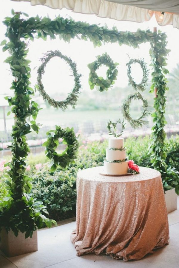 15 Creative Wedding cake table backdrops - Foliage / hanging hoops