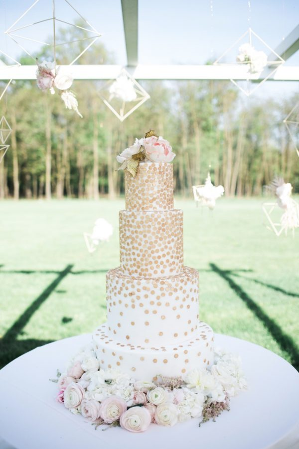 15 Creative Wedding cake table backdrops - Hanging terrariums