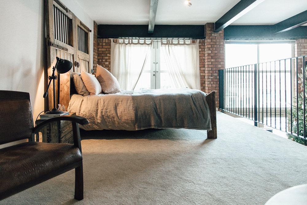 Industrial Living loft apartment bedroom rustic (1)